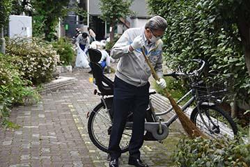 清掃活動を行う武井代表